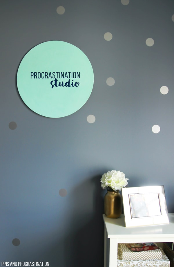 I had no idea how easy it is to make DIY sign lettering! The Cricut Explore Air makes it so easy and this is definitely one of my favorite Cricut projects. This post has such great step by step instructions onhow to made this adorable and easy sign on the Cricut. Custom office decor is easier than you think.